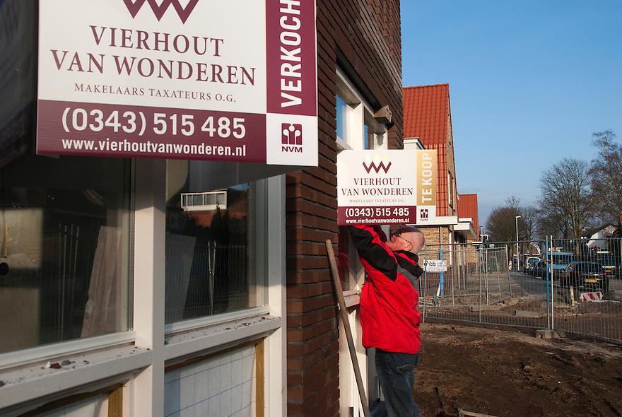 De makelaar aan het werk. De huizenmarkt trekt weer aan, vooral bij nieuwbouw projecten. <br /> (c)renee teunis
