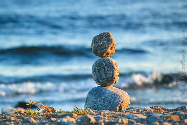 Stenar vid havet på en strand i Sverige. / Stones at the sea on a beach in Sweden.