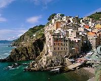 Italy, Liguria, Riomaggiore: View of Cinque Terre village, UNESCO World Heritage SiteMonterosso al Mare | Italien, Ligurien, Cinque Terre, Riomaggiore: UNESCO-Weltkulturerbe