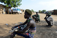 ETHIOPIA, Southern Nations, Lower Omo valley, town Kangaten, Nyangatom tribe, shepherds carry Kalashnikov AK-47 machine guns to protect themselves from cattle raids of Turkana tribe / AETHIOPIEN, Omo Tal, Stadt Kangaten, Nyangatom Hirtenvolk, Hirten tragen Kalaschnikow AK-47 Maschinengewehre zum Schutz vor Viehdiebstaehlen durch Turkana Voelker
