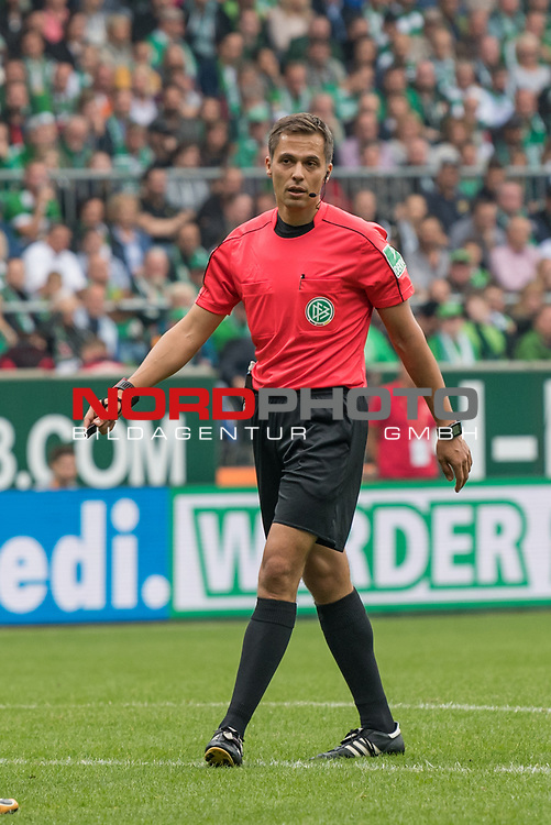 23.09.2017, Weserstadion, Bremen, GER, 1.FBL, SV Werder Bremen vs SC Freiburg<br /> <br /> im Bild<br /> Robert Hartmann (Schiedsrichter / referee), <br /> <br /> Foto &copy; nordphoto / Ewert