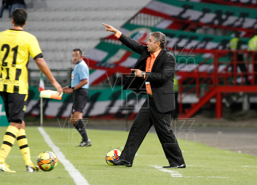 MANIZALES -COLOMBIA, 01-09-2013. Guillermo Berrio técnico de Alianza Petrolera  gesticula durante partido contra Once Caldas válido por la fecha 8 de la Liga Postobón II 2013 jugado en el estadio Palogrande de la ciudad de Manizales./ Alianza Petrolera coach Guillermo Berrio gestures during match against Once Caldas valid for the 8th date of the Postobon  League II 2013 at Palogrande stadium in Manizales city. Photo: VizzorImage/Yonboni/STR
