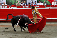 MANIZALES-COLOMBIA. 09-01-2016: Sebastian Castella lidiando a un toro de la ganadería Achuri Viejo durante la cuarta corrida como parte de la versión número 60 de La Feria de Manizales 2016 que se lleva a cabo entre el 2 y el 10 de enero de 2016 en la ciudad de Manizales, Colombia. / The bullfighter Sebastian Castella, struggling to a bull of the livestock Achuri Viejo during the fourth bullfight as part of the 60th version of Manizales Fair 2016 takes place between 2 and 10 January 2016 in the city of Manizales, Colombia. Photo: VizzorImage / Santiago Osorio / Cont