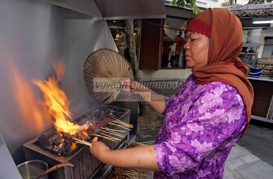 """Asie/Singapour/Singapour: Clarke Quay - Détail de la cuisson des  Brochettes """"Satay Malais"""" dans un restaurant de rue"""