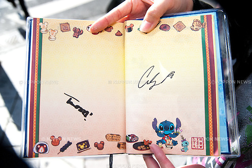 """November 7, 2012, Tokyo, Japan : Carly Rae Jepsen's signature (R), One of fans got Carly Rae Jepsen's signature, when she came outside of Studio Alta in Shinjuku, where she is participating as a special guest for Fuji television's """"Waratte ii Tomo"""" variety show. This is Carly Jepsen's third time visiting Japan. She is going to participate at Girls Award 2013 on November 8.  (Photo by Yumeto Yamazaki/Nippon News)"""