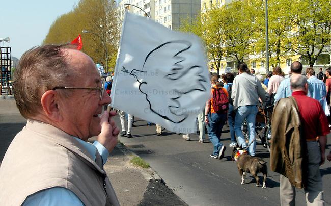 Ostermarsch in Berlin<br /> Mehrere tausend Menschen demonstrierten am Ostermontag den 21. April 2003 bei strahlendem Sonnenschein in Berlin auf dem traditionellen Ostermarsch gegen den US-Krieg gegen den Irak. Motto der Demonstration: &quot;Frieden und Gerechtigkeit fuer die Voelker! - NEIN ZUM KRIEG!&quot;. Die Ostermarschierer zogen vom Bezirk Frierichshain nach Kreuzberg.<br /> Hier: Ein Demonstrant mit Friedenstaube begruesst den Ostermarsch.<br /> 21.4.2003, Berlin<br /> Copyright: Christian-Ditsch.de<br /> [Inhaltsveraendernde Manipulation des Fotos nur nach ausdruecklicher Genehmigung des Fotografen. Vereinbarungen ueber Abtretung von Persoenlichkeitsrechten/Model Release der abgebildeten Person/Personen liegen nicht vor. NO MODEL RELEASE! Nur fuer Redaktionelle Zwecke. Don't publish without copyright Christian-Ditsch.de, Veroeffentlichung nur mit Fotografennennung, sowie gegen Honorar, MwSt. und Beleg. Konto: I N G - D i B a, IBAN DE58500105175400192269, BIC INGDDEFFXXX, Kontakt: post@christian-ditsch.de<br /> Bei der Bearbeitung der Dateiinformationen darf die Urheberkennzeichnung in den EXIF- und  IPTC-Daten nicht entfernt werden, diese sind in digitalen Medien nach &sect;95c UrhG rechtlich geschuetzt. Der Urhebervermerk wird gemaess &sect;13 UrhG verlangt.]