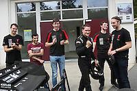 """Das DART-Team legt vor der großen öffentlichen Präsentation noch letzte Handgriffe an den Boliden """"Lambda 2016"""", Teamchef Rouven Welches reckt die Siegerfaust nach dem erfolgreichen Test"""