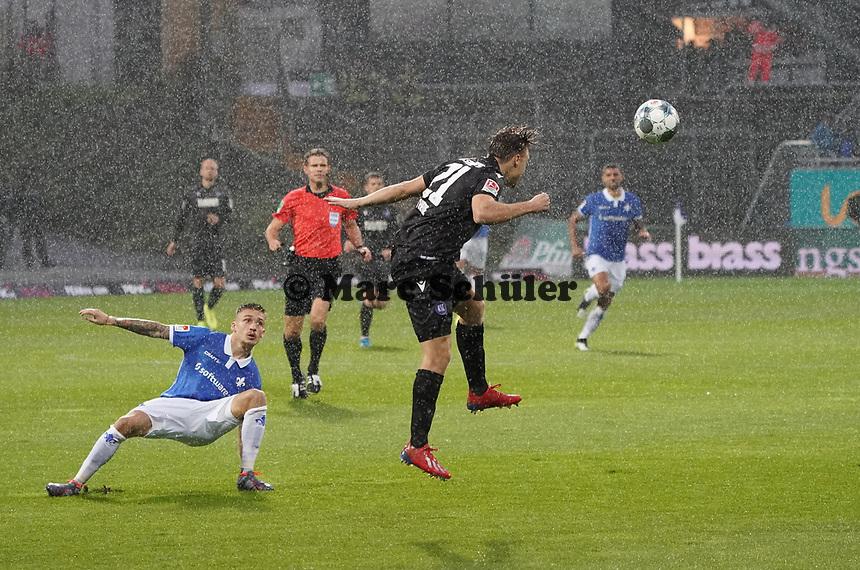 Marco Thiede (Karlsruher SC) klärt - 04.10.2019: SV Darmstadt 98 vs. Karlsruher SC, Stadion am Boellenfalltor, 2. Bundesliga<br /> <br /> DISCLAIMER: <br /> DFL regulations prohibit any use of photographs as image sequences and/or quasi-video.