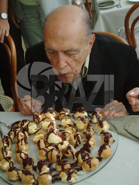 ATENÇÃO EDITOR  FOTO EMBARGADA PARA VEÍCULO INTERNACIONAIS Foto de arquivo de 12/02/2012 mostra o arquiteto Oscar Niemeyer no aniversário de 9 anos do MAC (Museu de arte Conteporaneo) em Niteroi 2006..FOTO RONALDO BRANDAO / BRAZIL PHOTO PRESS