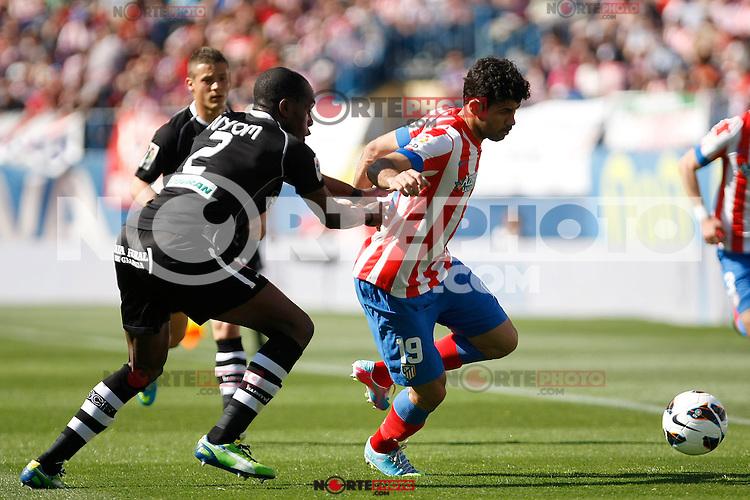 Atletico's Diego Costa and Granada's Nyom during La Liga BBVA match. April 14, 2013.(ALTERPHOTOS/Alconada)