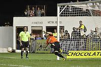 MOGI MIRIM, SP, 04 de MAIO 2013 - Rafael defende a ultima cobranca de penaltes durante a Semifinal Mogi Mirim x Santos no Estadio Romildo Vitor Gomes Ferreira (Romildao) em Mogi Mirim  (FOTO: ADRIANO LIMA / BRAZIL PHOTO PRESS).
