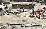 Foto: VidiPhoto<br /> <br /> APELDOORN &ndash; Het voorplein van Paleis Het Loo in Apeldoorn herbergt de resten van een nederzetting uit de Bronstijd en graven uit de Vroege Middeleeuwen. Dat heeft archeoloog Martin Schabbink dinsdag bekend gemaakt. Daarnaast zijn er bij de archeologische opgravingen Romeinse munten, eeuwenoud aardewerk en een historisch riool gevonden. Het voorplein van het paleis wordt tot 10 meter diep afgegraven voor een ondergrondse uitbreiding en is nu het domein van archeologen. In de drie middeleeuwse graven zijn onder andere gekleurde kralenkettingen gevonden. De archeologen onderzoeken in een paar weken per vak het voorplein van het paleis. Restanten worden zo goed mogelijk schoongemaakt en bewaard, of gefotografeerd en vastgelegd. Wanneer de archeologen klaar zijn, gaan de werkzaamheden aan het Bassecour weer verder. Paleis Het Loo is tot halverwege 2021 gesloten vanwege de renovatie en verbouwing. Ruim 30 jaar na de openstelling van Paleis Het Loo als museum is groot onderhoud noodzakelijk. Het groot onderhoud betreft vervanging van technische installaties, klimaatinstallaties en asbestsanering. Tegelijk met de 123 miljoen euro kostende renovatie vindt een ondergrondse uitbreiding van Paleis Het Loo plaats. Het museum kent een groeiend bezoekersaantal. Hoofdaannemer is VolkerWessels.