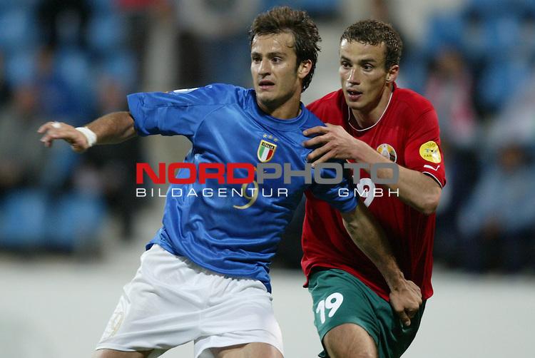 U21 - EM 2004 - Gruppe A<br /> Italien vs. Belarus 1:2<br /> Alberto Gilardino (links) von Italien gegen Roman Kirenkin (rechts) von Belarus.<br /> Foto &copy; nordphoto - Ruediger Lampe<br /> <br />  *** Local Caption *** Foto ist honorarpflichtig! zzgl. gesetzl. MwSt.<br />  Belegexemplar erforderlich<br /> Adresse: nordphoto<br /> Georg-Reinke-Strasse 1<br /> 49377 Vechta