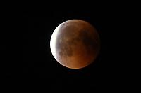 Mond tritt aus dem Erdschatten und wird wieder von der Sonne angestrahlt. Ein Himmelsereignis wie der Blutmond und dem nahen Mars kommt nur alles 105.000 Jahre vor - Büttelborn 27.07.2018: Mondfinsternis über Büttelborn