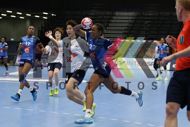 Kolding (DK), 07.12.15, Sport, Handball, 22th Women's Handball World Championship, Vorrunde, Gruppe C, S&uuml;d Korea-Frankreich :  Estelle Nze Minko (Frankreich, #27), Gwon Han Na (S&uuml;d Korea, #24)<br /> <br /> Foto &copy; PIX-Sportfotos *** Foto ist honorarpflichtig! *** Auf Anfrage in hoeherer Qualitaet/Aufloesung. Belegexemplar erbeten. Veroeffentlichung ausschliesslich fuer journalistisch-publizistische Zwecke. For editorial use only.