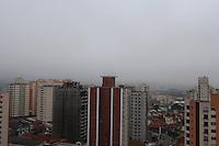 FOTO EMBARGADA PARA VEICULOS INTERNACIONAIS. SAO PAULO, SP, 25/10/2012, CLIMA TEMPO. A capital paulista amanheceu com uma leve camada de neblina na manhã dessa Quinta Feira (25). Luiz Guarnieri/ Brazil Photo Press