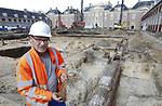 Foto: VidiPhoto<br /> <br /> APELDOORN &ndash; Het voorplein van Paleis Het Loo in Apeldoorn herbergt de resten van een nederzetting uit de Bronstijd en graven uit de Vroege Middeleeuwen. Dat heeft archeoloog Martin Schabbink dinsdag bekend gemaakt. Daarnaast zijn er bij de archeologische opgravingen Romeinse munten, eeuwenoud aardewerk en een historisch riool gevonden. Het voorplein van het paleis wordt tot 10 meter diep afgegraven voor een ondergrondse uitbreiding en is nu het domein van archeologen. In de drie middeleeuwse graven zijn onder andere gekleurde kralenkettingen gevonden. De archeologen onderzoeken in een paar weken per vak het voorplein van het paleis. Restanten worden zo goed mogelijk schoongemaakt en bewaard, of gefotografeerd en vastgelegd. Wanneer de archeologen klaar zijn, gaan de werkzaamheden aan het Bassecour weer verder. Paleis Het Loo is tot halverwege 2021 gesloten vanwege de renovatie en verbouwing. Ruim 30 jaar na de openstelling van Paleis Het Loo als museum is groot onderhoud noodzakelijk. Het groot onderhoud betreft vervanging van technische installaties, klimaatinstallaties en asbestsanering. Tegelijk met de 123 miljoen euro kostende renovatie vindt een ondergrondse uitbreiding van Paleis Het Loo plaats. Het museum kent een groeiend bezoekersaantal. Hoofdaannemer is VolkerWessels. Foto: Archeoloog Martin Schabbink toont gevonden potscherven uit een van de graven.