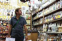 ATENÇÃO EDITOR FOTO EMBARGADA PARA VEÍCULOS INTERNACIONAIS. SÃO PAULO, 18 DE DEZEMBRO 2012 - MOVIMENTACAO MERCADO MUNICIPAL SP - Movimentacao do mercado municipal de Sao Paulo na regiao central da cidade a uma semana do natal nessa segunda feira, 18. FOTO LEVY RIBEIRO - BRAZIL PHOTO PRESS..