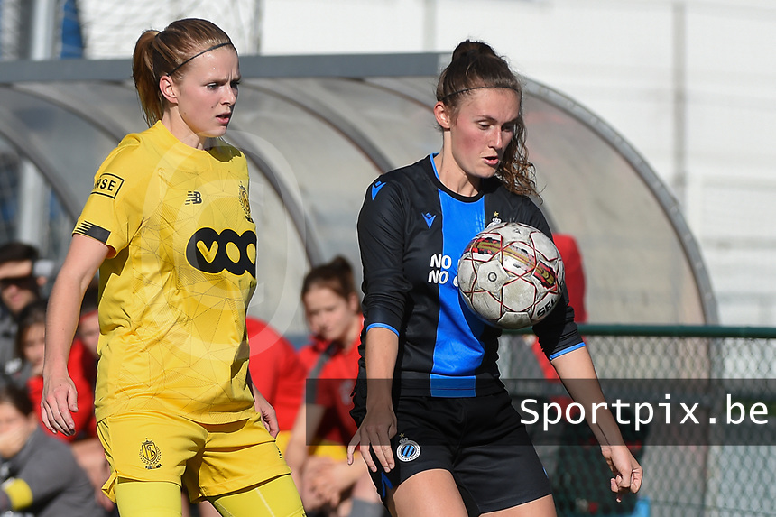 20191026 – Brugge, BELGIUM : Brugge's Emma Van Britsom (R) and Standard's Merel Bormans (L) pictured during a women soccer game between Club Brugge Dames and Standard Femina de Liege on the seventh matchday of the Belgian Superleague season 2019-2020 , the Belgian women's football  top division , Saturday 26 th October 2019 at the synthetic terrain 4 at the Jan Breydel site in Brugge  , Belgium  .  PHOTO SPORTPIX.BE | DIRK VUYLSTEKE