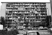 Milano, quartiere Quarto Oggiaro, periferia nord. Casa popolare in via pascarella --- Milan, Quarto Oggiaro district, north periphery. Popular house
