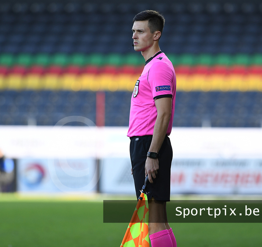 20191022 – OOSTENDE , BELGIUM : Polish referee Bartosz Heinig pictured during a soccer game between Club Brugge KV and Paris Saint-Germain ( PSG )  on the third matchday of the UEFA Youth League – Champions League season 2019-2020 , thuesday  22 th October 2019 at the Versluys Arena in Oostende  , Belgium  .  PHOTO SPORTPIX.BE | DAVID CATRY