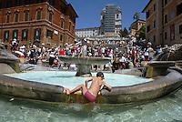 Rome continue to be one of the most visited city in the world..Roma continua ad essere una delle città più visitata al mondo.Tourists on the Spanish steps..Turisti sulla scalinata di Spagna