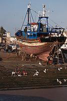Afrique/Afrique du Nord/Maroc/Essaouira: Le Port,   chalutiers  en cale sèche au chantier naval ou sont construits les bateaux de pêche en bois de teck et d' eucalyptus