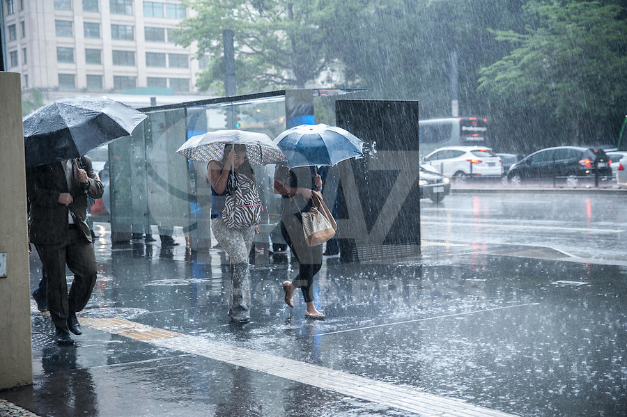 SAO PAULO, SP, 10.11.2016 - CLIMA-SP - Pedestres enfrentam chuva forte na Avenida Paulista, em São Paulo, nesta tarde de quinta-feira (10). (Foto: Rogério Gomes/Brazil Photo Press)