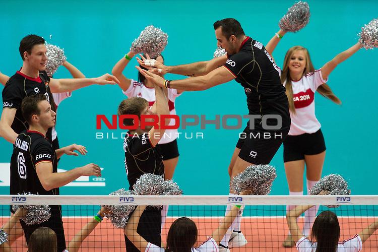 17.09.2014, Spodek, Kattowitz<br /> Volleyball, FIVB Volleyball Men`s World Championship 2014, 3. Runde, Deutschland (GER) vs. Iran (IRI)<br /> <br /> Starting Six / Cheerleader  - Georg / Gy&ouml;rgy / Gyoergy Grozer (#9 GER)<br /> <br />   Foto &copy; nordphoto / Kurth