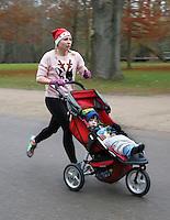 Nederland  Amsterdam 2016. Ugly Sweater Run. Hardlopen in het Vondelpark in je lelijkste Kersttrui.<br /> <br /> Let op, foto heeft klein formaat.   Foto Berlinda van Dam / Hollandse Hoogte