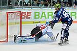08.09.2017, Eissporthalle am Seilersee - Das Eiswerk, Iserlohn, GER, DEL, Iserlohn Roosters vs Schwenninger Wild Wings, im Bild<br /> <br /> Jack Combs ( Iserlohn #88 ), rechts scheitert per Penalty an Dustin Strahlmeier ( Schwenningen #34 ), links<br /> <br /> <br /> Foto &copy; nordphoto / Treese