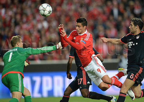 13.04.2016. Lisbon, Portugal.  Benifica's Raul Jimenez (C) scores the first goal for Lisbon during the UEFA Champions League quarterfinal second leg soccer match between SL Benfica and FC Bayern Munich at Luz Stadium in Lisbon, Portugal, 13 April 2016. Munich's goalkeeper Manuel Neuer  cannot the header.