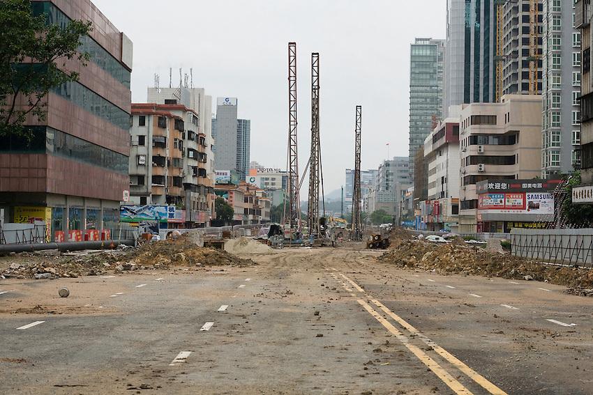 La périphérie de la ville de Zonghsahn est devenue plus moderne que le centre ville, lieu d'hibation et d'activité tertiaires. Un grand plan de modernisation a été lancé. Ici toute l'avenue principale est n chantier. (Zongshan sanlu).