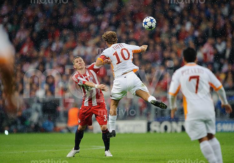 Fussball Uefa Champions League 2010/2011 FC Bayern Muenchen - AS Rom Bastian SCHWEINSTEIGER (FCB, l) gegen Francesco TOTTI (Roma).