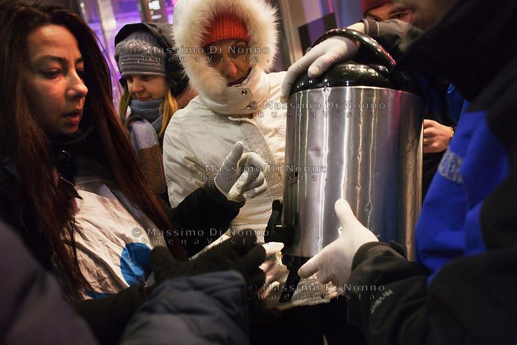 Milano: un volontario del progetto Arca distribuisce del tea caldo ai senzatetto nel centro di Milano durante i giorni di grande freddo.