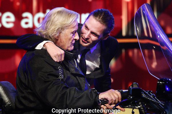 20121005 - Utrecht - Foto: Ramon Mangold - Nederlands Film festival, NFF 2012, Gala van de Nederlandse FIlm. Gouden Kalf voor Beste Acteur Reinout Scholten van Aschat (R) voor zijn rol in DE HEINEKEN ONTVOERING. Uitgereikt door Rutger Hauer (L).