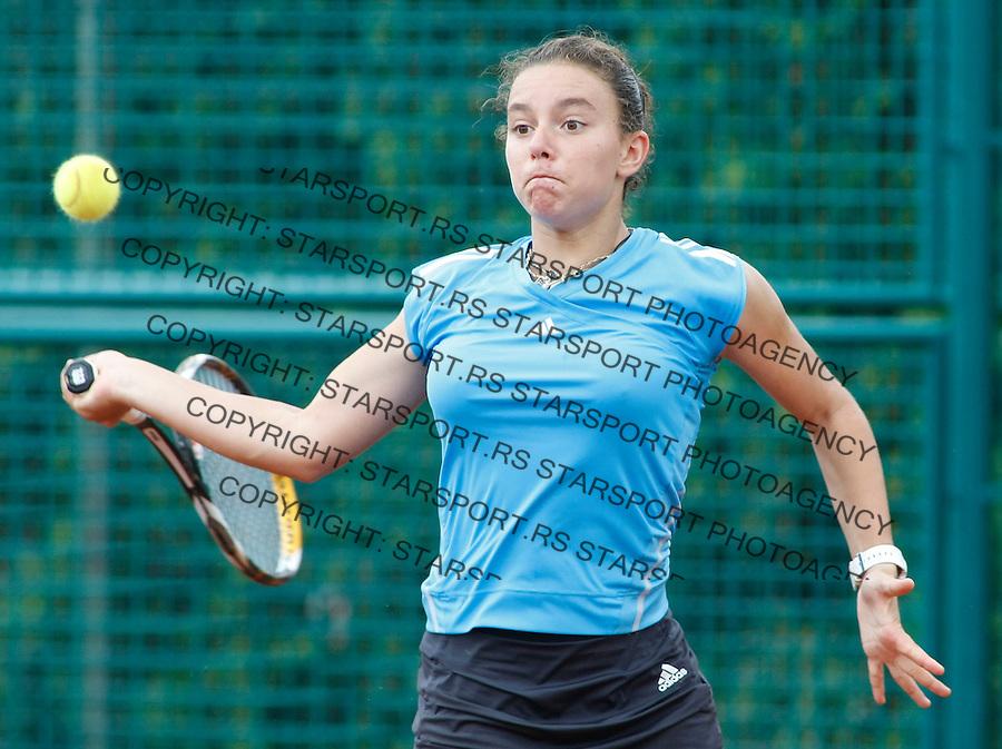 Tenis, World Championship U-14.France-Colombia.Estelle Cascino Vs. Maria Paulina Perez.Estelle Cascino, returnes.Prostejov, 03.08.2010..foto: Srdjan Stevanovic/Starsportphoto ©