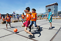 Nederland Amsterdam 2017 . Jaarlijkse Buitenspeeldag bij de NDSM Werf.   Voetbal .  Foto Berlinda van Dam / Hollandse Hoogte