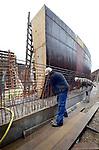 GOUDA - In de weilanden ten zuiden van Gouda werken medewerkers van bouwcombinatie GG 207 aan een tunnelbak voor langzaam verkeer onder de nieuwe zuidwestelijke randweg (ZWR). In opdracht van provincie Zuid-Holland wordt voor 70 miljoen euro ondermeer een betonnen weg in de weilanden om de bebouwde kom van Gouda aangelegd die onderdeel gaat vormen van de provinciale weg N207. De drie meter hoge tunnel moet een lang en slank karakter krijgen, met afgeronde hoeken, en een rand die slechts 20 cm boven het maaiveld zal uitsteken. Om te voorkomen dat,  naast fietsers en bromfietsers, wellicht paarden tijdens de doorgang uitglijden op de gladde helling, zal asfalt met een grove structuur worden gebruikt. COPYRIGHT TON BORSBOOM