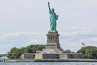 NOVA YORK, EUA, 13.08.2015 - TURISMO-NEW YORK - Vista da Estatua da Liberdade na Ilha da Liberdade, na entrada do Porto de Nova Iorque nos Estados Unidos nesta quinta-feira, 13. (Foto: William Volcov/Brazil Photo Press/Folhapress)