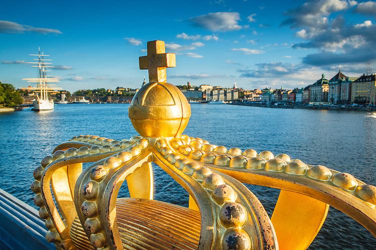 Guldkronan på Skeppsholmsbron vid Stockholms ström i Stockholm