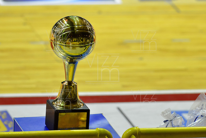 BOGOTÁ -COLOMBIA. 07-06-2014. Aspecto del trofeo de campeón en el cuarto juego entre Guerreros de Bogotá y Cimarrones del Chocó por los playoffs finales de la  Liga DirecTV de Baloncesto 2014-I de Colombia realizado en el coliseo El Salitre de Bogotá./ Aspect of the trophy of Champion on the fourth match between Guerreros de Bogota and Cimarrones del Choco for the playoffs finals of the DirecTV Basketball League 2014-I in Colombia played at El Salitre coliseum in Bogota. Photo: VizzorImage/ Gabriel Aponte / Staff