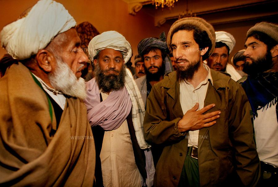 Afghanistan, Kabul, Prime Minister's office, 1992. <br /> <br /> In the Prime Minister's office, where Massoud has his first meeting after the taking of the city, with the Elders of diverse tribes of Afghanistan, to prepare for the future. <br /> <br /> <br /> Afghanistan, Kaboul, Bureau du Premier ministre, 1992.<br /> <br /> Dans le bureau du Premier ministre, le commandant Massoud y tient sa premi&egrave;re r&eacute;union apr&egrave;s la prise de la ville avec les chefs des diff&eacute;rentes tribus du pays, afin de pr&eacute;parer l'avenir.