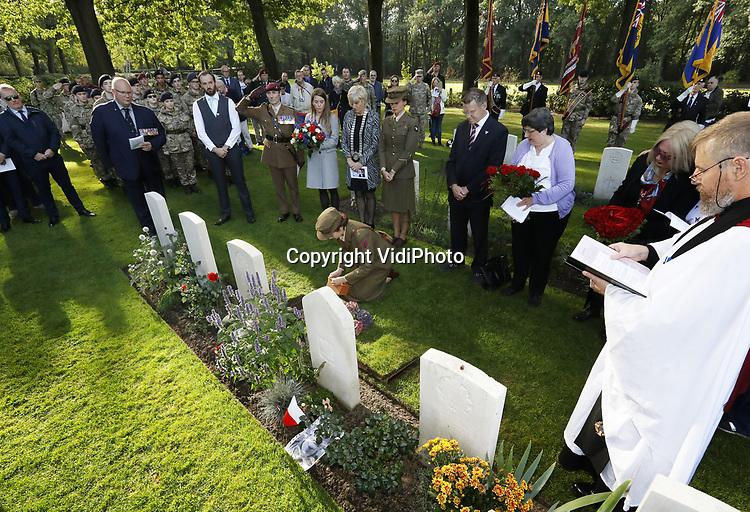 Foto: VidiPhoto<br /> <br /> OOSTERBEEK – In aanwezigheid van diverse veteranen, familieleden en Engelse cadetten, zijn vrijdag op de Airbornebegraafplaats in Oosterbeek twee overleden Airborneveteranen bijgezet. Britse oorlogsveteranen die deel hebben genomen aan de Slag om Arnhem, hebben de mogelijkheid om na hun overleden, de as te laten begraven bij hun gesneuvelde kameraden. Dat gebeurde vrijdag met soldaat Stephen George Morgan van het 2nd Parachute Battalion en soldaat Dennis Collier van het 156 Parachute Battalion. Morgan wist uiteindelijk de brug bij Arnhem te bereiken, waar hij diverse heldendaden verrichtte. Beide Britse militairen werden later door de Duitsers krijgsgevangen gemaakt.