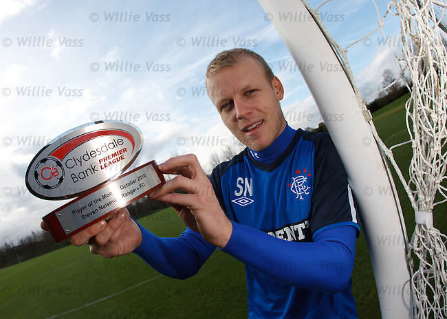 Steven Naismith picks up the Clydesdale Bank SPL Player of the Month trophy after training
