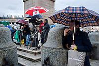 Oltre 5000 giornalisti, provenienti da tutto il mondo, si sono accreditati in Vaticano per seguire l'elezione del nuovo Papa trasformando Piazza San Pietro in un enorme studio televisivo..Fotografi in Piazza San Pietro aspettando la fumata