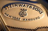 Berlin, Mittwoch (01.05.13), Das Logo von Steinway and Sons ist auf dem Rahmen eines Flügels zu sehen. Die Produktpalette von Steinway and Sons umfasst Flügel und Klaviere.  Foto: Michael Gottschalk/CommonLens