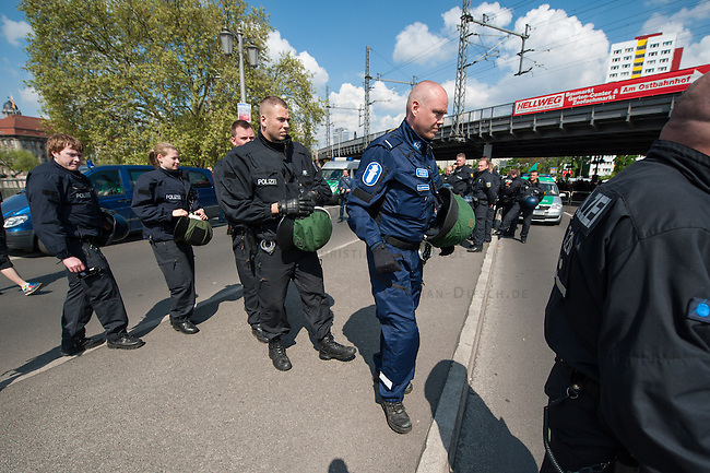 Am Samstag den 26. April 2014 versuchte die Neonazipartei NPD in Berlin erneut einen Aufmarsch durch den Stadtteil Kreuzberg. 6.000 Menschen protestierten mit diversen Blokade dagegen und verhinderten, dass die ca 70 Neonazis weiter als 150m laufen konnten.<br /> So war nach 3 Minuten Marsch f&uuml;r die NPD Schluss und die Neonazis mussten zum Startpunkt am S-Bahnhof Jannowitzbruecke umdrehen. Auch wenn ueber den NPD-Lautsprecherwagen mehrfach behauptet wurde, die Demonstration sei in Kreuzberg, ist doch richtig, dass die Neonazis sich nur in Berlin-Mitte befanden.<br /> Im Bild: Ein Polizist aus Finnland (mit blauer Uniform) begleitete den Einsatz der 24. Einsatzhundertschaft.<br /> 26.4.2014, BerlinCopyright: Christian-Ditsch.de<br /> [Inhaltsveraendernde Manipulation des Fotos nur nach ausdruecklicher Genehmigung des Fotografen. Vereinbarungen ueber Abtretung von Persoenlichkeitsrechten/Model Release der abgebildeten Person/Personen liegen nicht vor. NO MODEL RELEASE! Don't publish without copyright Christian-Ditsch.de, Veroeffentlichung nur mit Fotografennennung, sowie gegen Honorar, MwSt. und Beleg. Konto:, I N G - D i B a, IBAN DE58500105175400192269, BIC INGDDEFFXXX, Kontakt: post@christian-ditsch.de<br /> Urhebervermerk wird gemaess Paragraph 13 UHG verlangt.]
