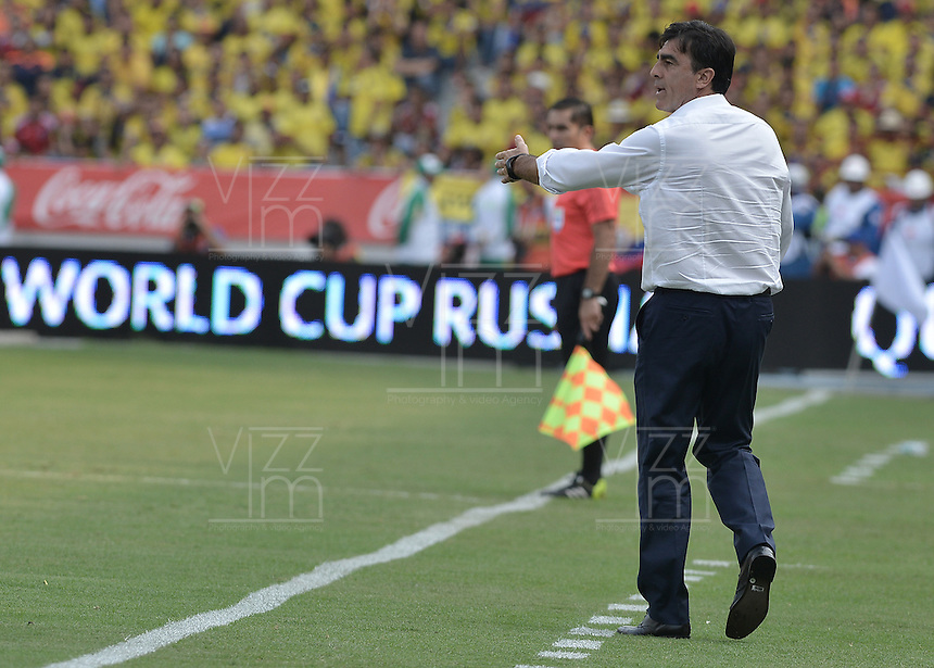 BARRANQUILLA - COLOMBIA -29-03-2016: Gustavo Quinteros técnico de Ecuador durante partido contra de Colombia de la fecha 6 para la clasificación a la Copa Mundial de la FIFA Rusia 2018 jugado en el estadio Metropolitano Roberto Melendez en Barranquilla./  Gustavo Quinteros coach of Ecuador during match against Colombia of the date 6 for the qualifier to FIFA World Cup Russia 2018 played at Metropolitan stadium Roberto Melendez in Barranquilla. Photo: VizzorImage / Gabriel Aponte / Cont