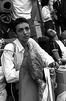 Genova 19 Luglio 2001.G8.Stazione di Brignole.L'arrivo dei disobbedienti da Roma.nella foto Militant A.Giovani ragazzi preparano il pranzo